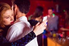 Les couples mignons ralentissent la danse ensemble Images stock