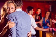 Les couples mignons ralentissent la danse ensemble Photo stock