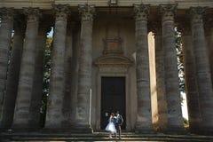 Les couples mignons regardent l'eath autre sur de belles colonnes de fond Photos stock