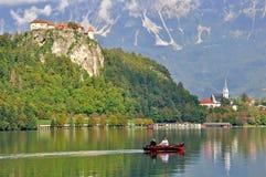 Les couples non définis vont en bateau sur le lac Bled Photos libres de droits