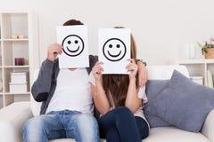 Les couples ont couvert des visages Photo libre de droits