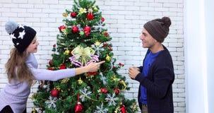 Les couples ont décoré l'arbre de Noël banque de vidéos