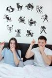 Les couples ont entouré révéler aux signes du zodiaque 12 d'horoscope image libre de droits