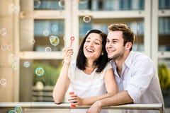 Les couples ont l'amusement avec le ventilateur de bulle Photos libres de droits