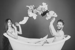 Les couples ont l'amusement dans la baignoire Homme dans la baignoire près de la fille avec de longs cheveux Image libre de droits