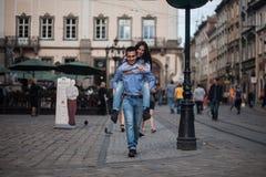 Les couples ont l'amusement dans la ville Photo stock
