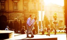 Les couples ont l'amusement dans la ville images stock