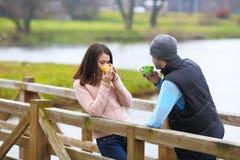 Les couples ont le café chaud de matin Photo stock