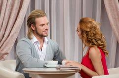 Les couples ont parler dans le restaurant Images libres de droits