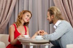Les couples ont parler dans le restaurant Image stock