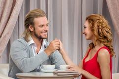 Les couples ont parler dans le restaurant Photographie stock libre de droits