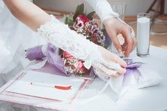 Les couples ont signé leur premier document Photo stock