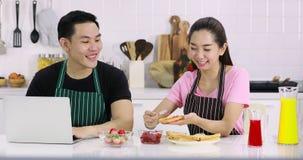 Les couples ont une coupure heureuse dans la cuisine banque de vidéos