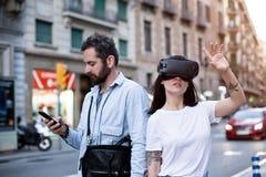 Les couples ou les amis éprouvent VR dans la ville Image libre de droits