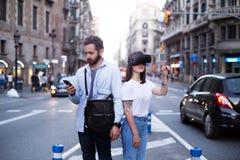 Les couples ou les amis éprouvent VR dans la ville Images stock