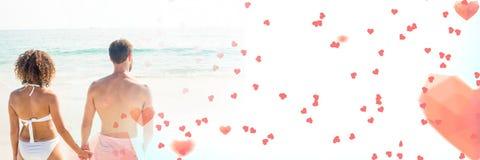 Les couples par la mer avec le ` s de valentine aiment des coeurs de transition Photos libres de droits