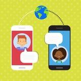 Les couples parlent la communication sociale de réseau de causerie futée de téléphone de cellules Photos stock