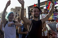 Les couples participent à l'événement de fierté du Latium et posent heureux pour l'appareil-photo Photographie stock libre de droits