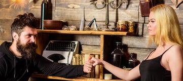 Les couples passent la soirée romantique dans la maison de garde-chasse, fond intérieur en bois Concept romantique de soirée Fill Image libre de droits