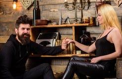 Les couples passent la soirée romantique dans la maison de garde-chasse, fond intérieur en bois Concept romantique de soirée Coup Photos libres de droits