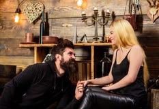Les couples passent la soirée romantique dans la maison de garde-chasse, fond intérieur en bois Le couple dans l'amour tient des  Photographie stock libre de droits