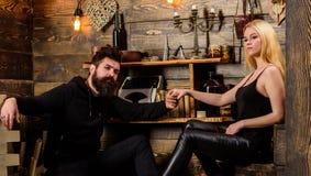 Les couples passent la soirée romantique dans la maison de garde-chasse, fond intérieur en bois Le couple dans l'amour tient des  Photo libre de droits