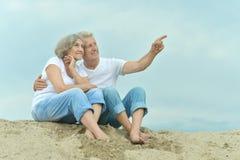 Les couples pluss âgé d'une manière amusante sont allés à la plage Photographie stock