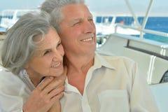 Les couples pluss âgé ont un tour dans un bateau Photos libres de droits