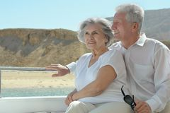 Les couples pluss âgé ont un tour dans un bateau Photographie stock