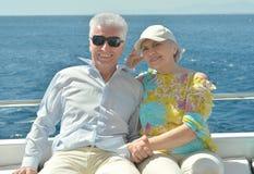 Les couples pluss âgé ont un tour dans un bateau Images stock