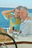Les couples pluss âgé ont un tour dans un bateau Photo libre de droits