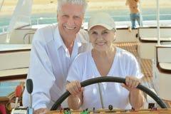 Les couples pluss âgé ont un tour dans un bateau Photo stock