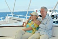 Les couples pluss âgé ont un tour dans un bateau Image stock