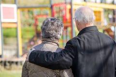 Les couples pluss âgé regardant le ` s d'enfants se garent photos stock