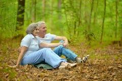 Les couples pluss âgé se reposent Images libres de droits