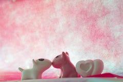 Les couples poursuivent avec le coeur Photos libres de droits