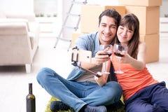 Les couples prenant le selfie et buvant du vin images libres de droits