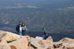 Les couples prennent la photo sur des brochets font une pointe le Colorado image stock