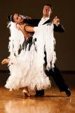 Les couples professionnels de danse de salle de bal préforment une danse d'exposition Photos stock