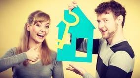 Les couples projettent leur première maison photographie stock