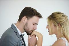 Les couples qui se marient sont heureux photographie stock