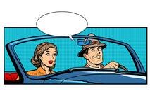 Les couples équipent et femme dans la voiture convertible Photo stock