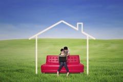 Les couples recherchent en ligne la maison rêveuse Image libre de droits