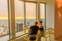Les couples regardent l'horizon de Los Angeles images stock