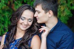 Les couples romantiques dans l'amour marchant pendant l'été se garent photographie stock