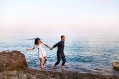 Les couples romantiques dans l'eau de mer ont l'amusement ensemble image libre de droits