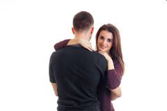 Les couples romantiques de jeune amour se tiennent dans le studio et étreignent Photo libre de droits
