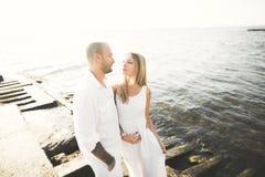 Les couples romantiques heureux de mode dans l'amour ont l'amusement sur la belle mer au jour d'été Image libre de droits