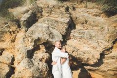 Les couples romantiques heureux de mode dans l'amour ont l'amusement sur la belle mer au jour d'été Image stock