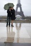 Les couples romantiques s'approchent d'Eiffel Photos stock